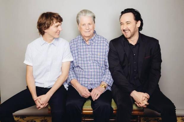 Les acteurs Paul Dano et John Cusack entourent le véritable Brian Wilson.